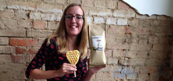 Ein tolles Trio: Der nicaraguaische Kaffee, die Stiel-Waffeln und ich!