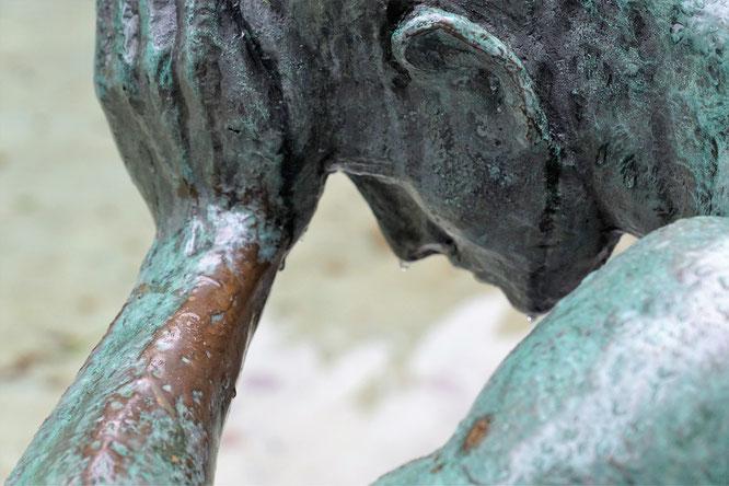 Skulptur, Kopf in Hand gestützt