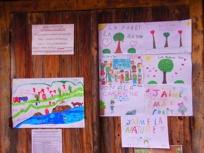 Oloron - La cabane de l'ONF à la Borne 12 non pas taguée par l'ACCOB, mais avec des œuvres d'art de nos petits enfants  !