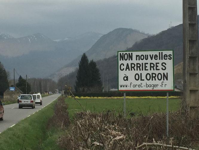 Avec des sympathisants, sympas, l'information ne pourra que passer. Photo d'un panneau sur la N134!!