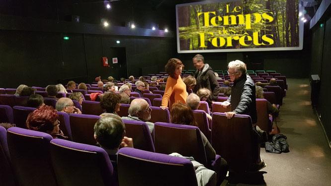 Le Temps des Forêts au ciné Luxor à Oloron Sainte Marie, la salle se remplit; la population est attentive à l'alerte.