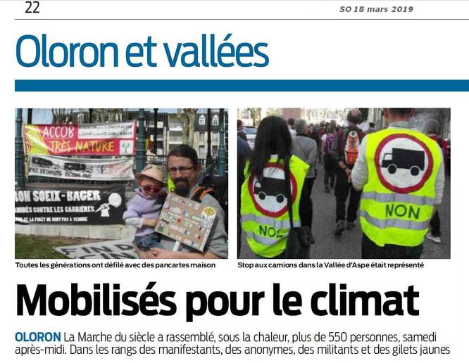 ACCOB et Stop camions en photo sur le journal Sud Ouest. Une réussite pour Oloron avec 600 manifestants.