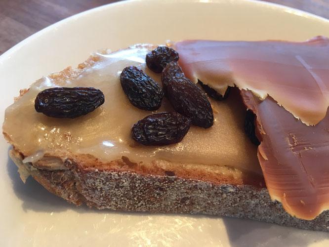Med smør, honning, rosiner og brunost. Denne blingsen gir masse energi, både på kort og lang sikt. Lærte det av Bjørn Dæhlie en gang!