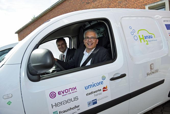 """Gab Gas: Tarek Al-Wazir, Hessischer Minister für Wirtschaft, Energie, Verkehr und Landesentwicklung, zeigte sich bei der feierlichen Übergabe der Hybridfahrzeuge an die Projektpartner überzeugt von der Notwendigkeit alternativer Mobilitätskonzepte: """"E-Mob"""