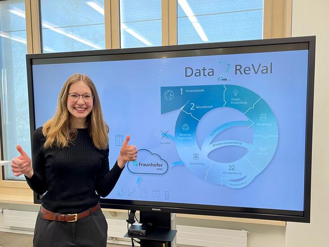 Theresa Mack, Wissenschaftlerin im Bereich Digitalisierung der Ressourcen am Fraunhofer IWKS, freut sich sichtlich über ihren Gewinn. © Fraunhofer IWKS