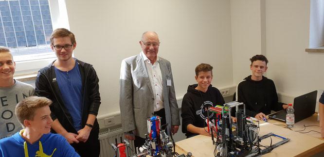 Walter Reis und die Kids aus dem Lego-Roboter-Wettbewerb