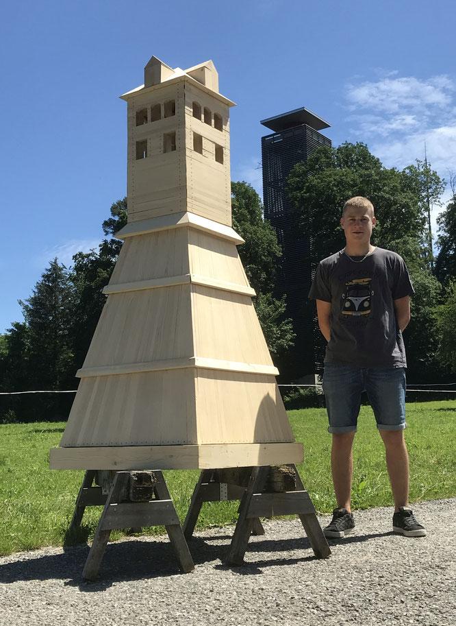 der alte und der neue Turm auf einer Foto!