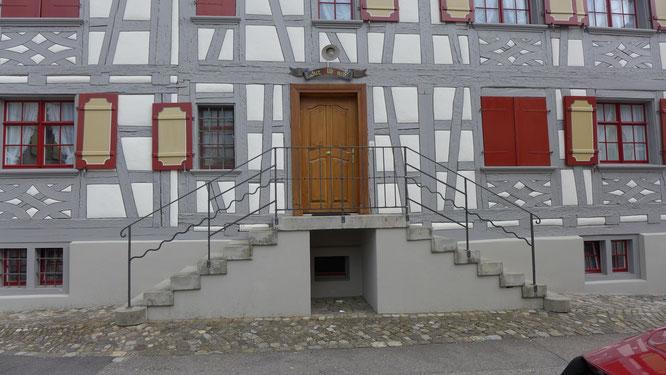 der Eingang zu diesem besonderen Riegelhaus
