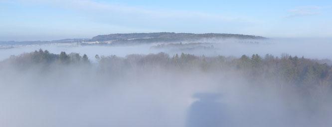 der Seerücken über dem Nebel; im Vordergrund erkennt man noch den Schatten des Napoleonturms
