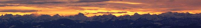 die Vorarlberger Alpen; ganz rechts die freche Trettachspitze, in der Mitte der Widderstein, halbrechts der Biberkopf
