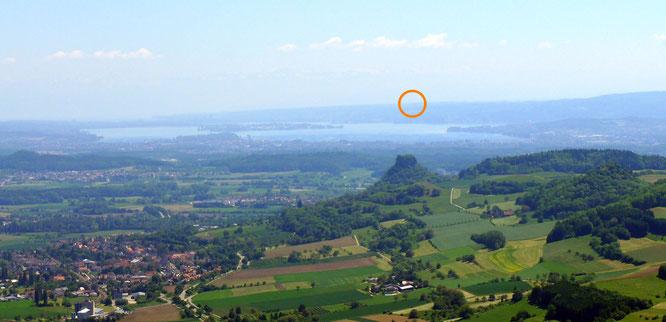 """der """"Blick zurück"""" vom Hohenhewen Richtung Napoleonturm; im Vordergrund der Hohenkrähen"""
