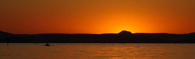 Sonnenuntergang hinter dem Honhenhewen; vom Untersee aus