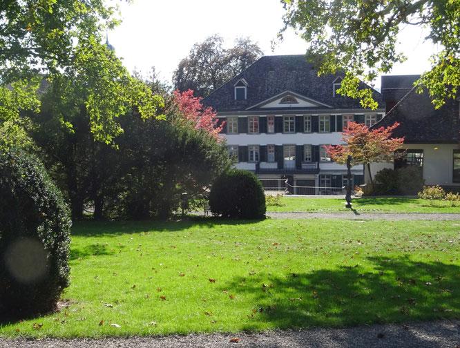 im Haffterpark; im Hintergrund das ehemalige Wohnhaus und die heutige Stadtverwaltung