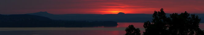 Sonnenuntergang hinter dem Hohenhewen am längsten Tag des Jahres; Blick vom Schloss Arenenberg aus
