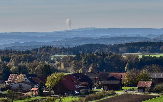 vom Napoleonturm aus sieht man nicht nur Berge und Hügel: hier die Dampfsäule des Kernkraftwerks Gösgen