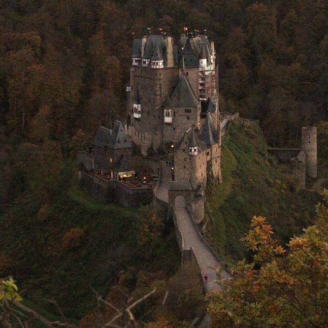 Burg Eltz thront stolz im Tal