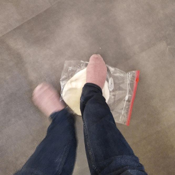 Kneten der Udon mit den Füßen