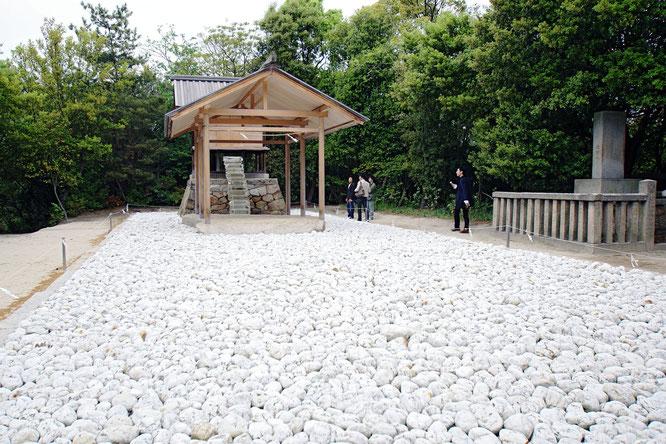 『アプロプリエイト・プロポーション』、香川県の直島の護王神社の建築を手がけたもの。神域にふさわしい空間を考え、神を迎えるための「適正な比率」をタイトルとした。Wikipediaより。