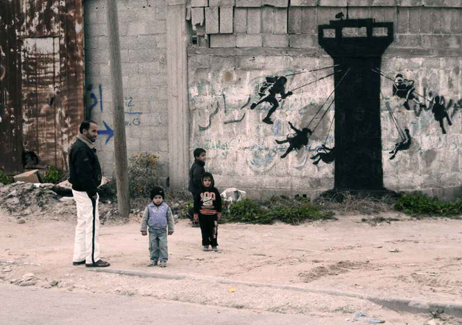 ※3:イスラエルの監視塔にぶらさがって遊んでいる子どもたちの絵
