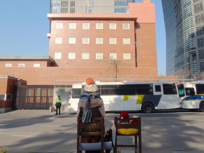 ソウルの在大韓民国大使館に面した後ろからの慰安婦像