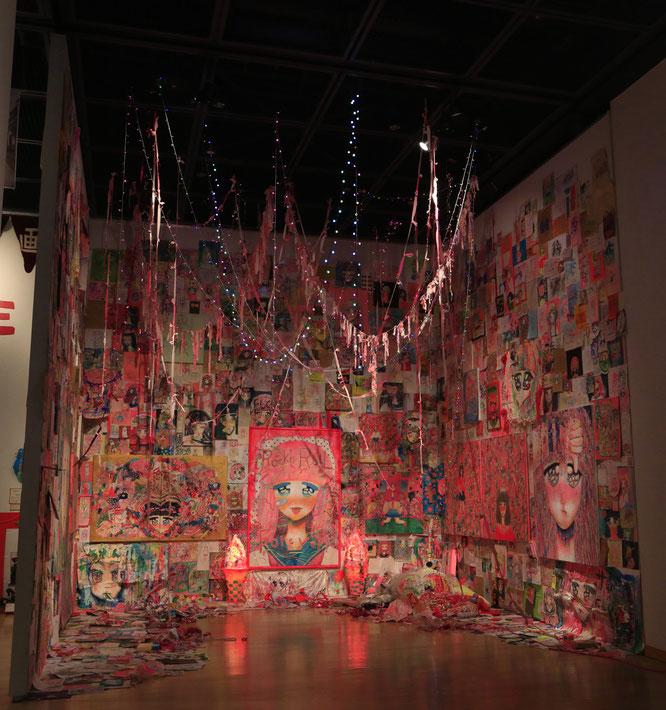 写真は第21回岡本太郎現代芸術賞・太郎賞さいあくななちゃん《芸術はロックンロールだ》。「PLAY TARO」より。
