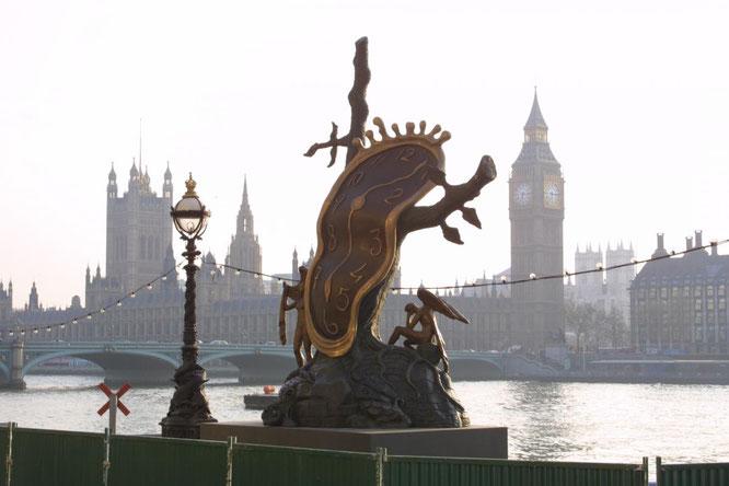 ダリ・ユニバース前に展示された記憶の固執の彫刻。