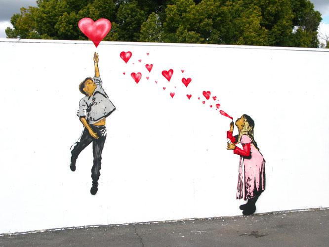 2009年バレンタインデーにカリフォルニアに描かれたアメリカのストリート・アーティストABOVEのステンシル・グラフィティ作品。
