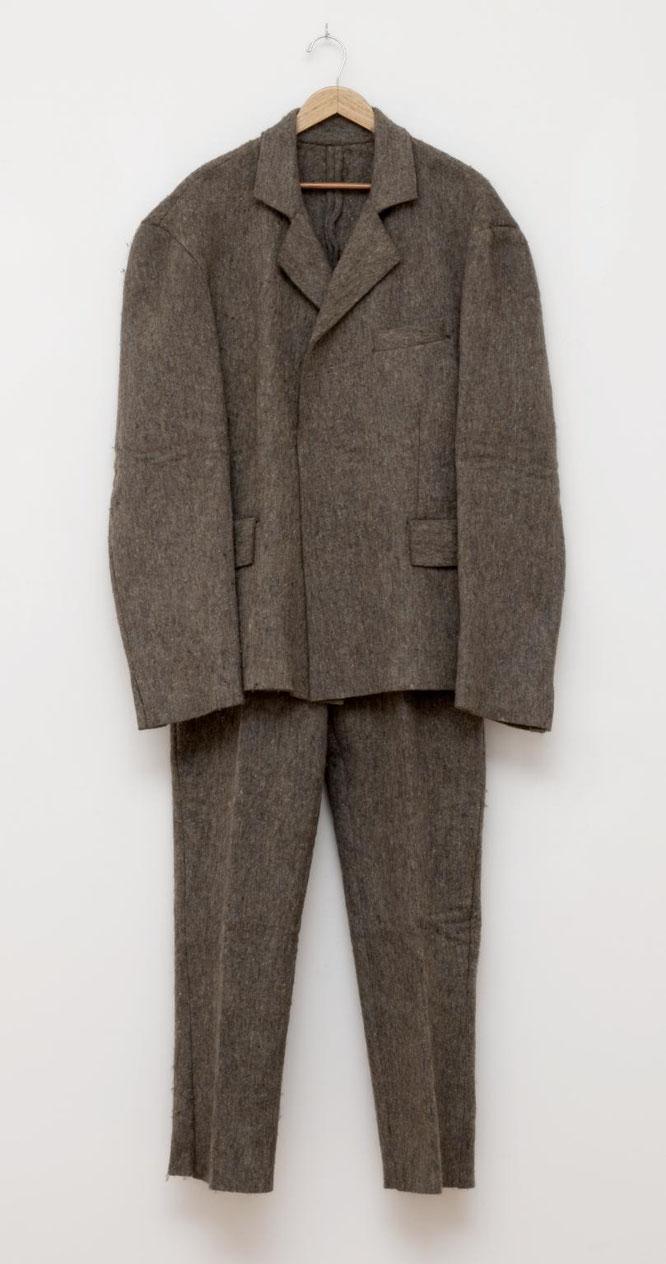 ヨーゼフ・ボイス「脂肪のスーツ」(1970年)