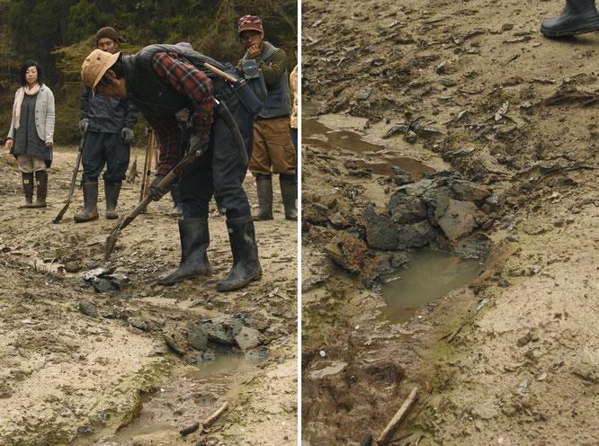 水の流れに沿って、何カ所かにスコップで「点穴」を掘っていく。これによって、水の流れが緩やかになる。