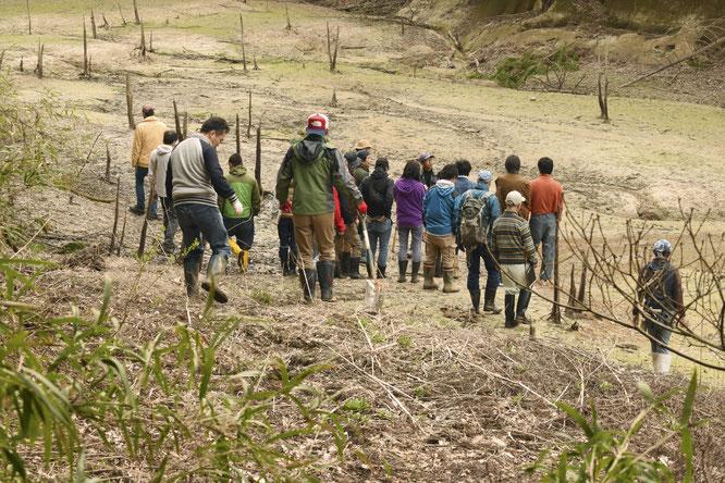 ダムの中へ向かう参加者たち。