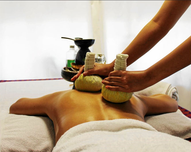 Massage mit heissen Kräuterstempeln