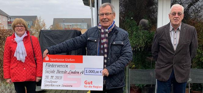 Christel Müller und Gerhard Paul (r.) übergeben eine Spende in Höhe von 1.000 Euro  an Dr. Ulrich Lenz, den 1. Vorsitzenden des Fördervereins soziale Dienste Linden (Foto: Hans Pfaff)