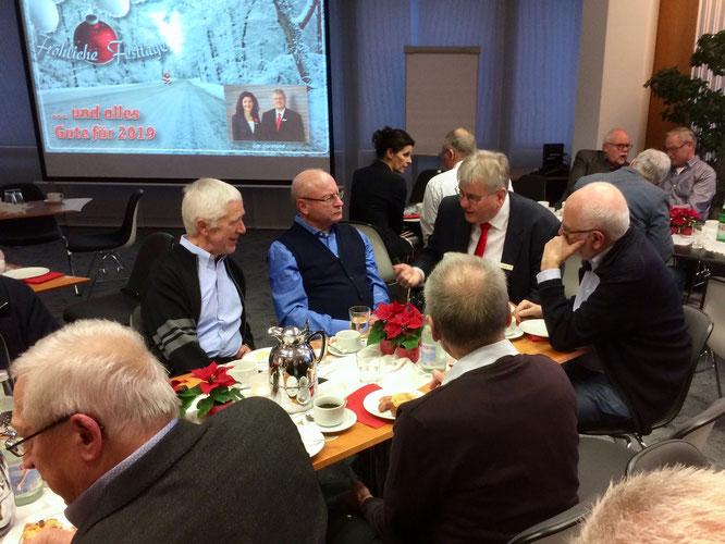 Vorweihnachtliches Treffen in der Sparkasse (Foto: Hans Pfaff)
