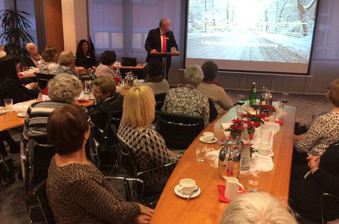 Vorweihnachtliches Treffen in der Sparkassenzentrale (Foto: Hans Pfaff)