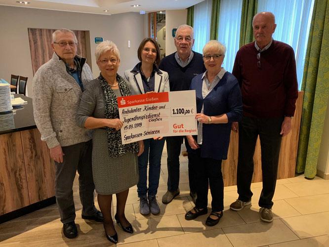 Barbara Wolters (3.v.l.) nimmt den Spendenscheck von Bernd Sprankel, Angelika Wagner, Gerhard Paul, Doris Ihle und Franz Kuchar (v.l.) entgegen. (Foto: Hans Pfaff)