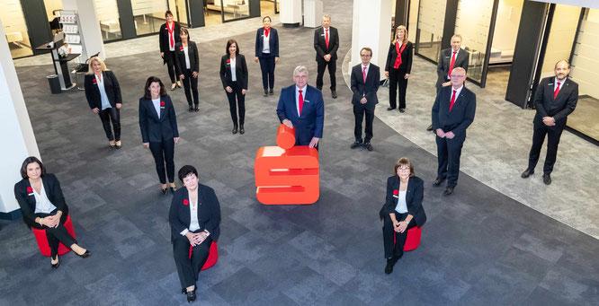 Sparkasse Gießen ehrt insgesamt 24 langjährige Mitarbeiterinnen und Mitarbeiter