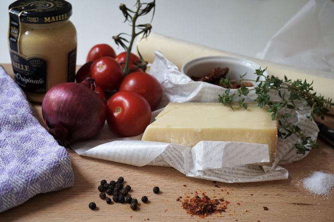 Blätterteigtarte mit Dijon-Senf, Gruyère und Tomaten