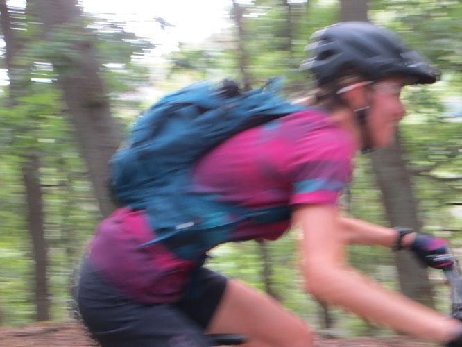 Naturfest, vom Waldbesitzer genehmigt, Begegnungsverkehr möglich ...