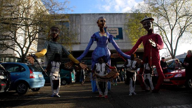 Les Grandes personnes du Boromo photographiées par Yvan Pousset devant la Galerie Neuve lors du festival Plumes d'Afrique