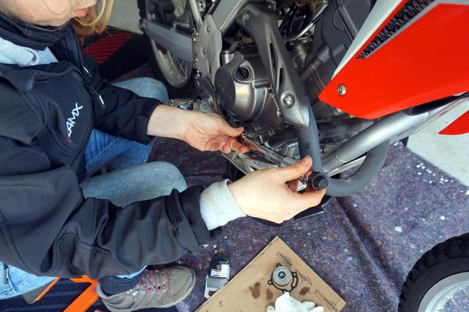 Ölöfilterwechsel mit dem Drehmomentschlüssel an der Honda CRF