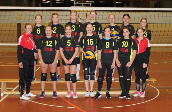 von links: Hinten: Tessa, Maike, Wiebke, Kathleen, Michelle, Nadja, Saskia. Mitte: Kira P., Kira W., Anne, Aliena B.-G., Alina O.. Vorne: Trainer Olaf.
