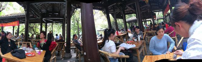 人民公園のお茶スーペース。若者も多い