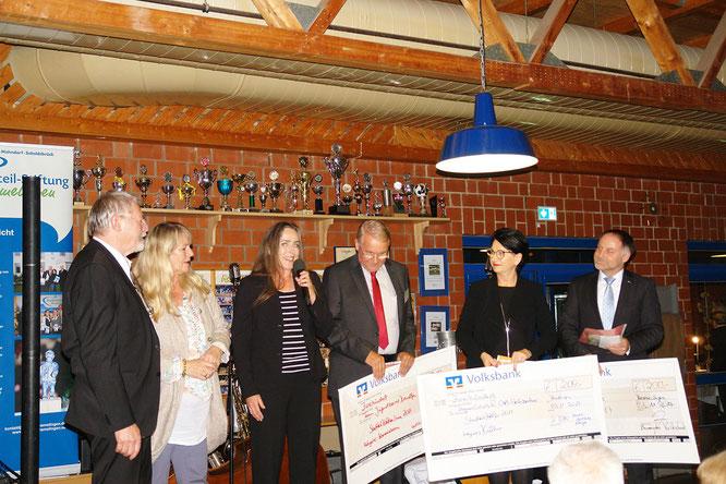 Dagmar Calais (am Mikro) bedankt sich für die Ehrung. Chris Steinbrecher, Birgit Benke, Ullrich Höft,  Marita Dewitz und Thomas Trenz (v. l.) bei der Preisverleihung. (Foto: J. Hoffhenke)
