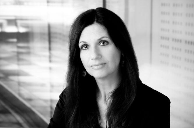 Sue Bechert, Portrait schwarz auf weiß (© Foto Studio Hirch, Darmstadt)