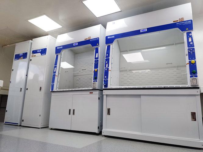 Cabinas Extracción de alta digestión ácida, con scrubber inteligente digital con bomba y neutralización ubicados al lado.