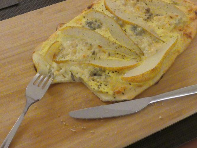 Flammkuchen mit Birne & Gorgonzola