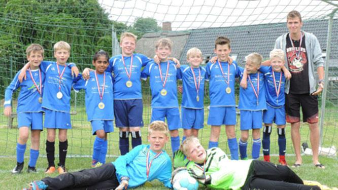 Die E-III-Junioren der JSG Fehmarn haben es geschafft. Sie sind Staffelsieger der Kreisklasse B. Die Kids, hier mit Bjarne Struck (r.), dürfen sich nun über glänzende Plaketten freuen, die ihnen nach dem Sieg in Riepsdorf überreicht wurden.© fehmarn24/pri