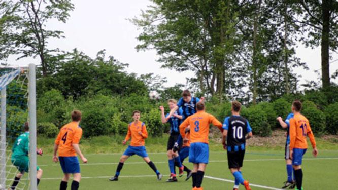 Morten Blendermann spielte im Spitzenspiel der A-Junioren gegen die SG Eutin/Malente II seine Kopfballstärke aus. © Fehmarn24/Lars Braesch