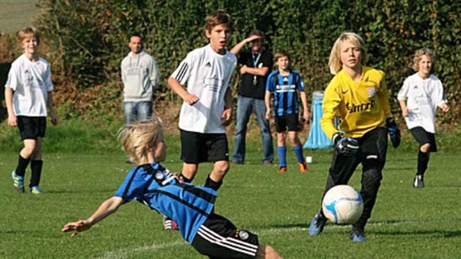 Niklas Rumpf (blaues Trikot) schoss die JSG mit zwei Toren in die Verbandsliga Süd.© Fehmarn24/Lars Braesch