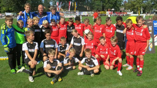 Beim Donauauen-Cup in Orth an der Donau traf die SG JSG Fehmarn/SV Großenbrode in der Gruppenphase auf den FC Liverpool (rote Trikots). © Fehmarn24/Josef Schorda